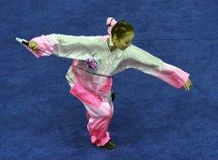 图文:女子太极拳太极剑全能 季军巨文馨比赛中