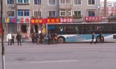 公交司机开车途中晕倒 多名乘客伸援手照顾(图)