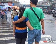 女生逛街手放男友裤子里 网友称节操碎一地(图)
