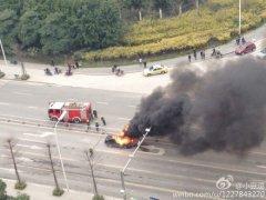 浦上大道万达广场路段 车子在行驶途中自燃(图)