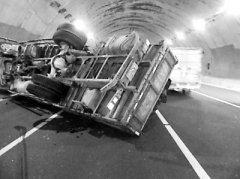 货车中途突然熄火司机处理不当致翻车 无人伤亡