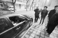 迎新里不少汽车被砸了窗玻璃